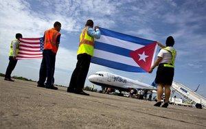 Un avión de los EEUU aterriza en un aeropuerto de Cuba.
