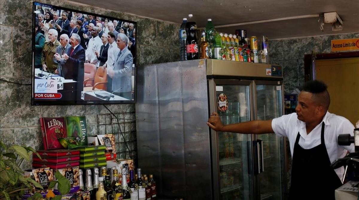 Un cubano sigue en su restaurante la sesión de la Asamblea Nacional.