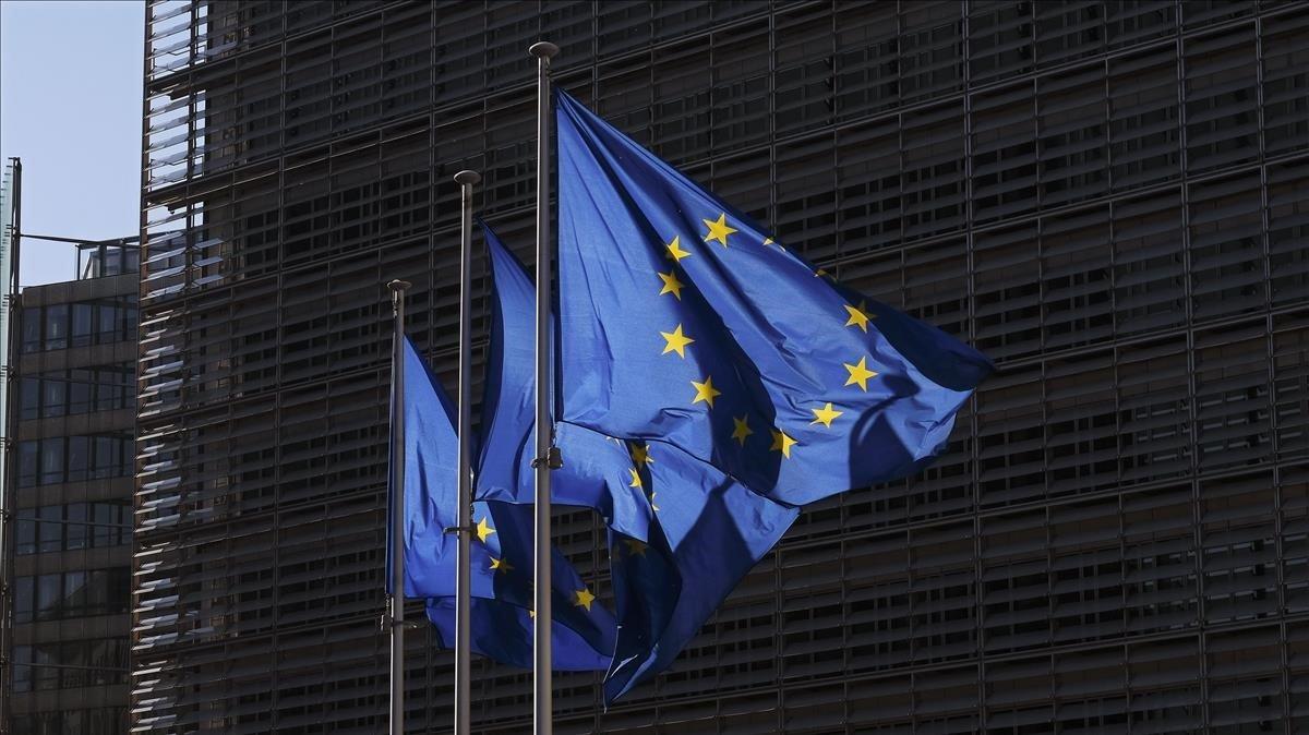 Banderas de la UE frente al edificio de la Comisión Europea.