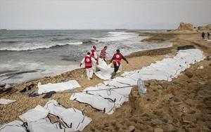 Decenas de cuerpos sin vida de inmigrantes alineados en una playa de Zawiya, ayer.