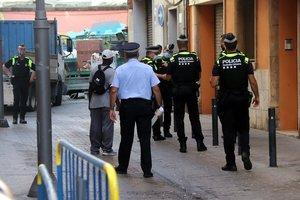 Miembros de la Guardia Urbana de Tarragona, durante el desalojo del bloque ocupado en el barrio del Serrallo, este jueves.