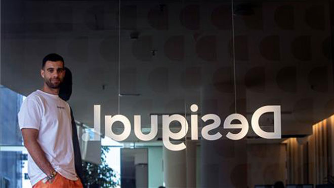 Desigual da un giro a su logo y a su identidad para atraer a clientes más jóvenes. En la foto, Guillem Gallego, director de márketing de Desigual.