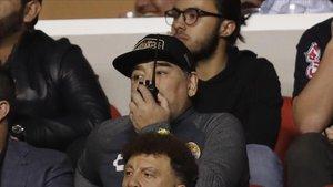 Maradona sigue el partido de su equipo desde el palco.