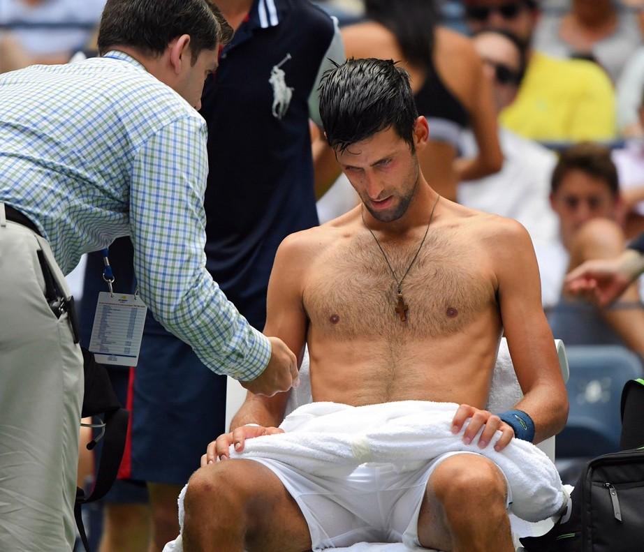 Un cardiólogo examina a Djokovic en su partido ante Fucsovics