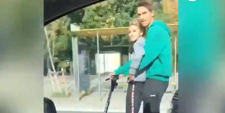 Dos chicos a 80 km/h en patinete por la Diagonal.