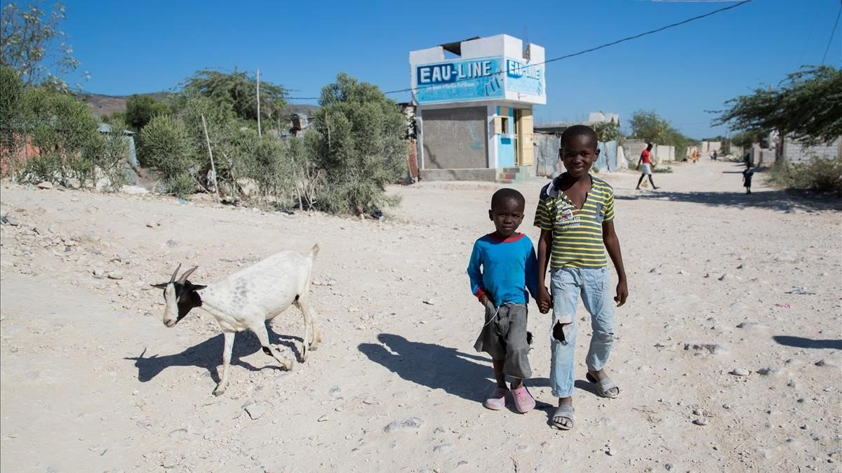 Dos niños,en el campamento Coral, en Croix Des Bouquets, Puerto Principe (Haiti).