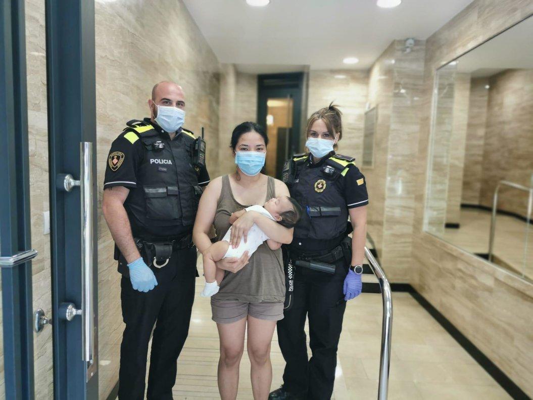 Dos agents de la Guàrdia Urbana de Barcelona salven la vida a un nadó que s'asfixiava