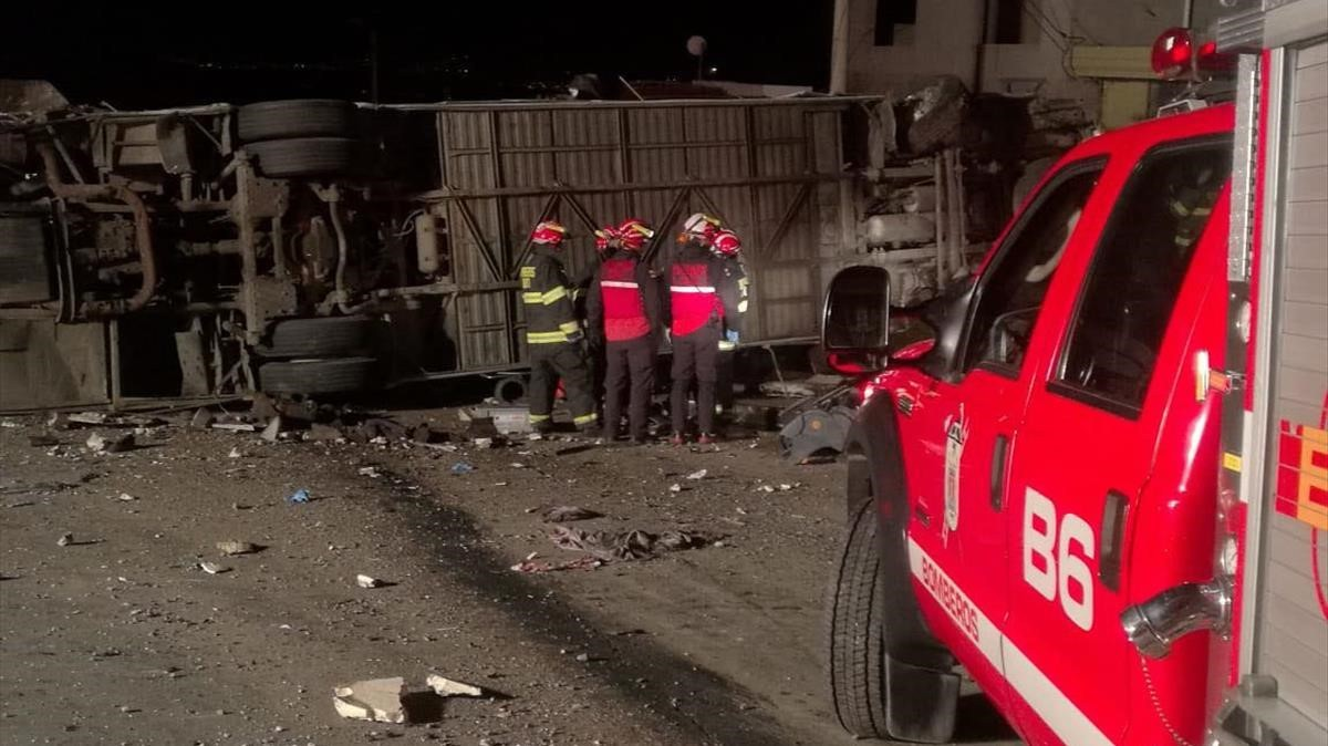 El autobús accidentado volcado en el asfalto.