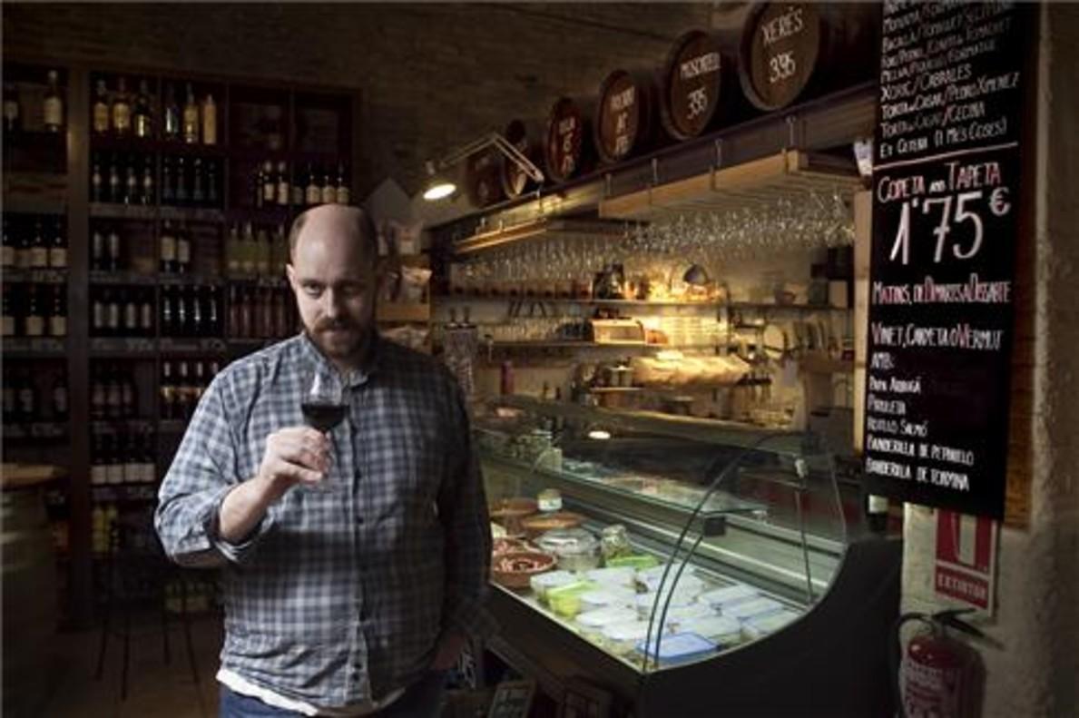 Eduard Burrull, con una copa ante una de las vitrinas de la bodega. Foto: Joan Cortadellas