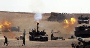 ISR001 (ISRAEL) 31/07/2014.- Un cañón de artillería de 155 mm israelí dispara hacia a la Franja de Gaza desde una base en el sur de Israel, hoy, jueves 31 de julio de 2014. El Ejército israelí ha llamado a filas a 16.000 reservistas con el objeto de unirse a las tropas actualmente desplegadas en Gaza y reforzar la ofensiva que hoy entra en su vigésimo cuarta jornada en la Franja, dijeron fuentes militares. El monto de fallecidos desde el inicio de la campaña israelí, el pasado 8 de julio, se eleva a 1.349 y los heridos a más de 7.500, y que en su mayoría se trata de mujeres y niños, según precisó el portavoz del Ministerio de Sanidad en Gaza, Ashraf al Qedra. EFE/Jim Hollander