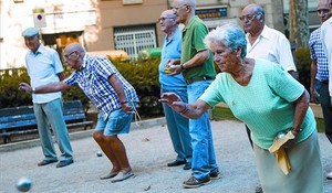 Un grup de pensionistes juguen a petanca en un parc de Barcelona, ahir.