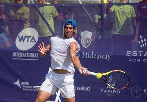 GRAF1454. SANTA PONÇA (MALLORCA), 20/06/2019.- El tenista español Rafael Nadal, durante su entrenamiento en las pistas de hierba natural del Country Club de Santa Ponsa, sede del torneo femenino Mallorca Open, como preparación para competir en Wimbledon, tercer Grand Slam de la temporada. EFE/Atienza