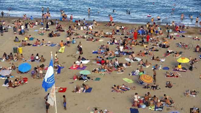 España lucirá 699 banderas azules este verano. En la foto, la playa de Sant Sebastià i Sant Miquel, en Barcelona.