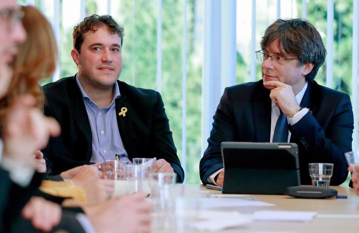 El 'expresident' e impulsor de la Crida Carles Puigdemont y el presidente del PDECat, David Bonvehí, el pasado enero, en Waterloo (Bélgica).