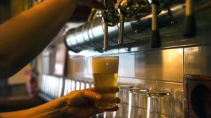 Preparación de una cerveza en Barcelona.