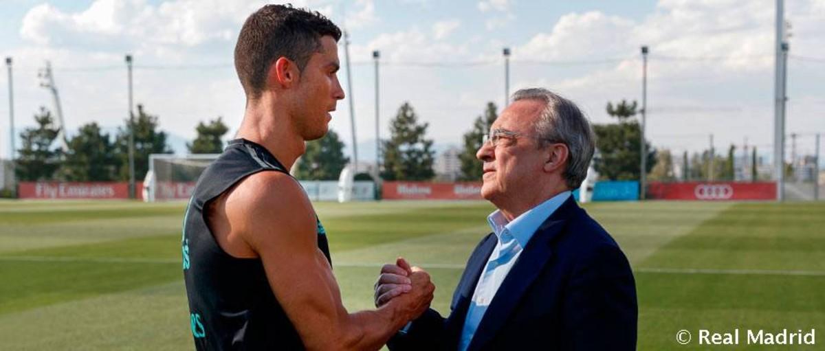 Florentino Pérez saluda a Cristiano Ronaldo.