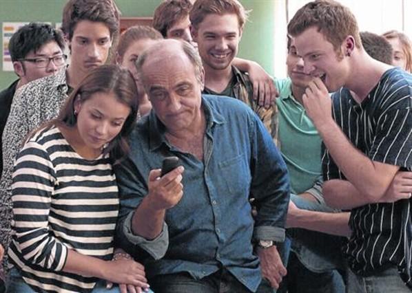 Francesc Orella, rodeado de sus peripatéticos alumnos, en el último episodio de la serie Merlí.