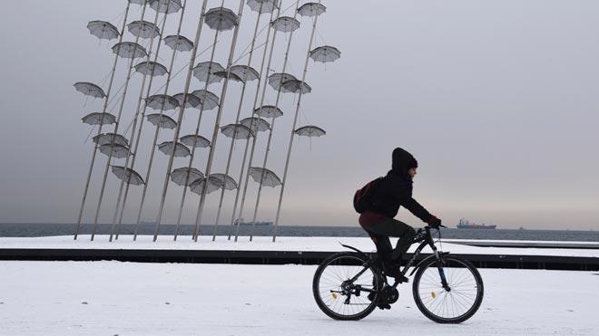 El frío polar colapsa el centro de Europa. En la foto, nieve en la ciudad de Tesalónica, en Grecia.