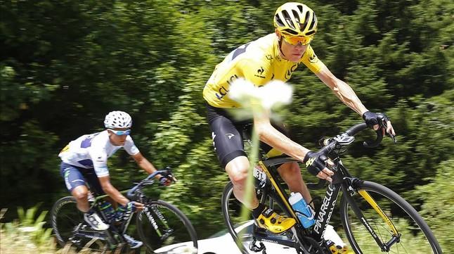 El líder de la classificació general, Chris Froome, en la 18a ª etapa als Alps seguit pel colombià Nairo Quintana