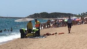 Equipo del SEM al lado del hombre que ha fallecidoahogado este lunes en la playa Gran de Platja dAro.