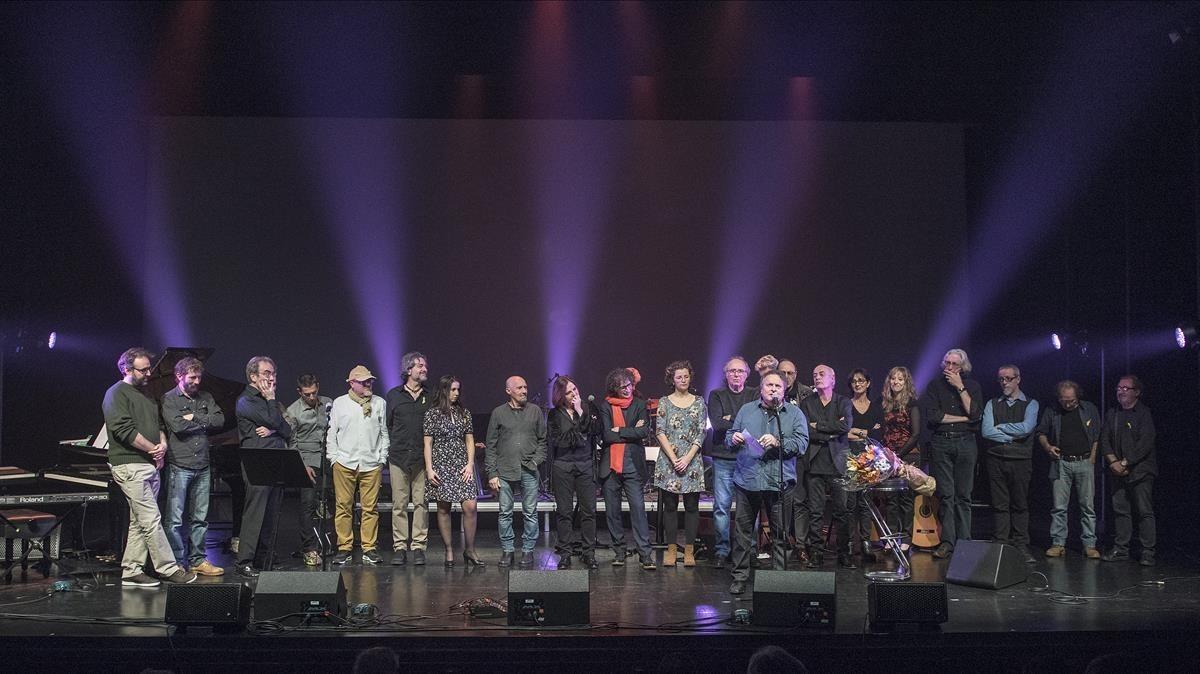 Todos los participantes al final del concierto de homenaje a Ramon Muntaner.