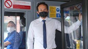 El primer ministro saliente,Leo Varadkar, que recuperará el cargo en diciembre del 2022, ayer en un autobús en Dublín.