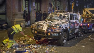 La grúa se lleva los vehículos de la Guardia Civilde la Conselleria de Economia atacados durante la protesta por las detenciones.