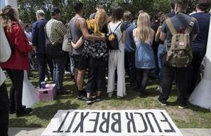 Un grupo de jóvenes protestan en Parliament Square al día siguiente de salir vencedora la opción del brexit, este sábado, en Londres.