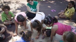 Un grupo de niños participan en una actividad durante un campamento de verano.