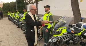 Foto facilitada por la AUGC en la que se ve a un sacerdote católico bendiciendo las nuevas motos.