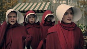 Elizabeth Moss (derecha), en un imagen de la serie The handmaids tale.