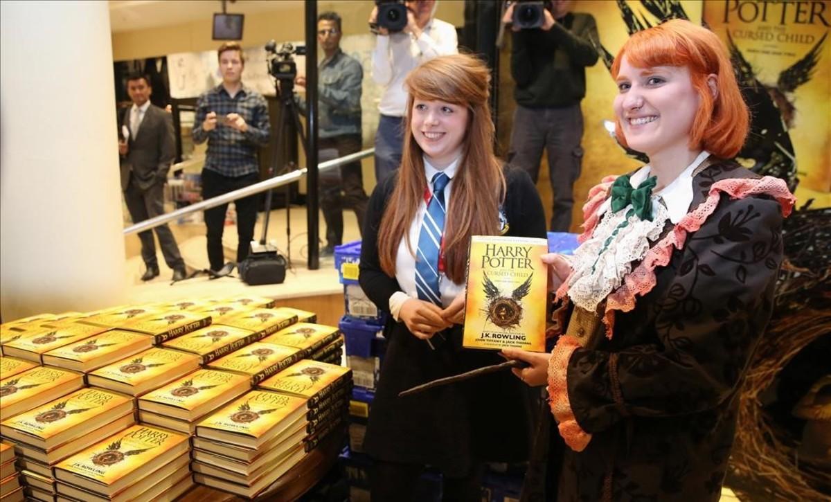 Seguidores de Harry Potter con los primeros ejemplares del nuevo libro de la saga, en una librería de Londres.