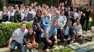 De izquierda a derecha en la primera fila: los hermanos Roca-Jordi, Joan y Josep-, con sus respectivas parejas-Ale, Anna y Ecarna-y los padres de los cocineros-Montserrat y Josep-, con el erquipo del Celler de Can Roca, este miércoles.