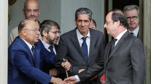 Hollande estrecha la mano del rector de la Gran Mezquita de París, Dalil Boubakeur (izquierda), tras el encuentro en el Elíseo.