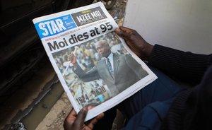 Un hombre lee la noticia de la muerte del expresidente keniataDaniel arap Moi, este martes.