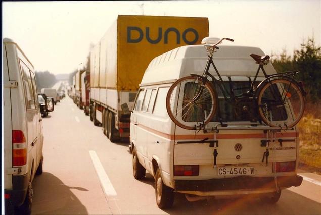 En el carril de la derecha, la vieja ambulancia que sirvió al autor de hogar móvil.