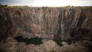 Imagen actual de las cataratas Victoria, secas, en el lado de Zimbabue.