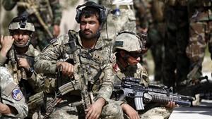 Imagén de archivo de soldados afganos montando guardia a posiciones militares