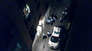 Imagen de la violenta reducción de Benítez por parte de los mossos, en la que el hombre murió tras ser golpeado repetidamente por los agentes.