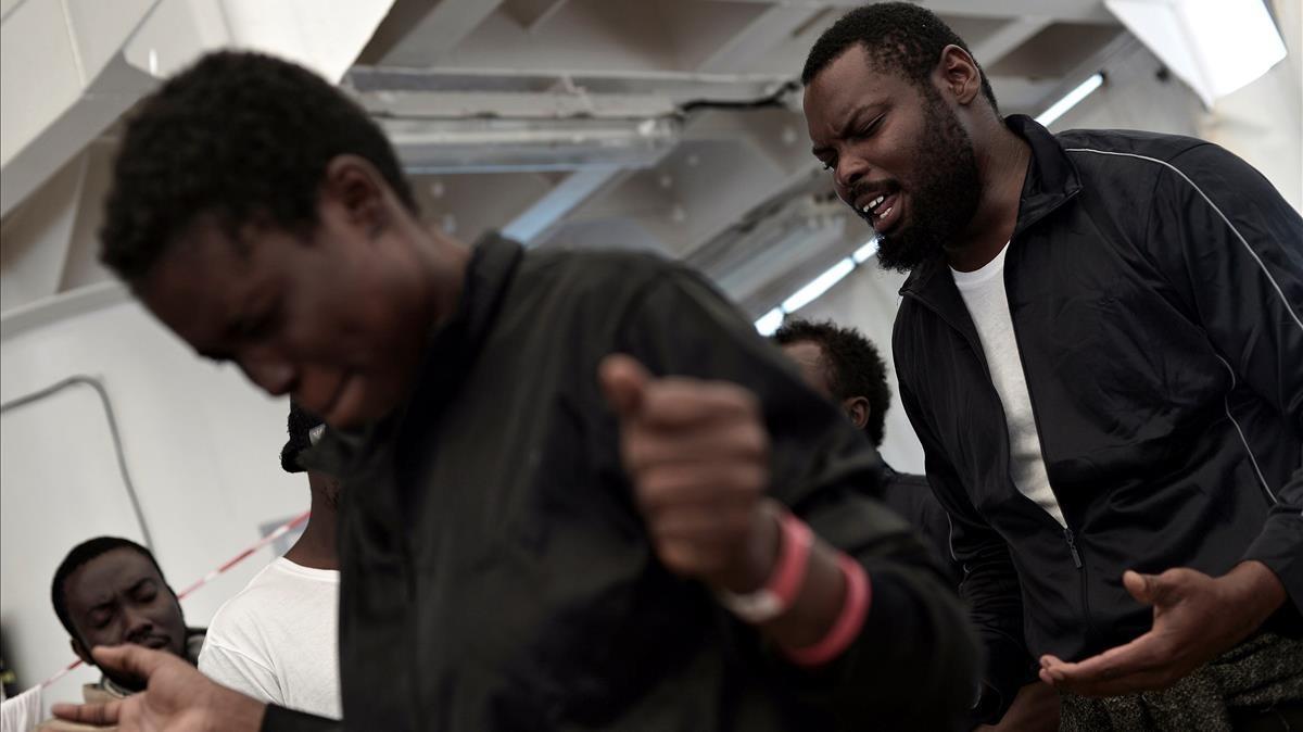 Refugiados recogidos por el Aquarius rezando a bordo del barco humanitario