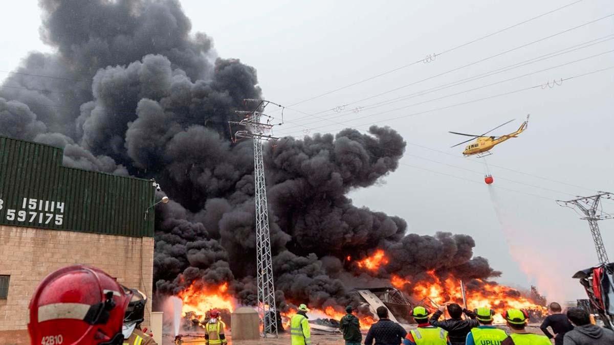 Mucho humo en el incendio que quema la empresaAuladellde Sarrià de Ter.
