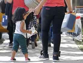 Familias de migrantes son procesadas en la Estación Central de Autobuses de McAllen, en Texas.