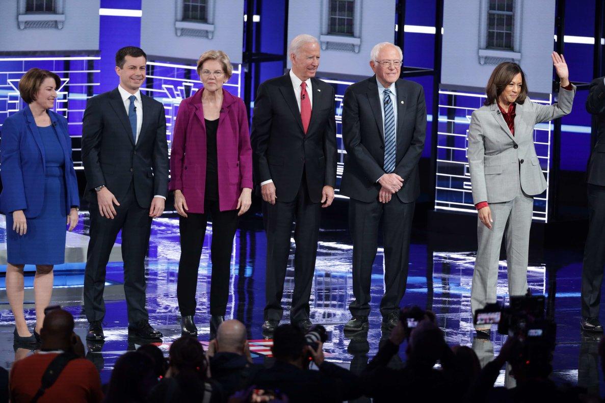 De izquierda a derecha, los candidatos demócratas Amy Klobuchar,Pete Buttigieg, Elizabeth Warren, Joe Biden, Bernie Sanders y Kamala Harris, antes del debate.