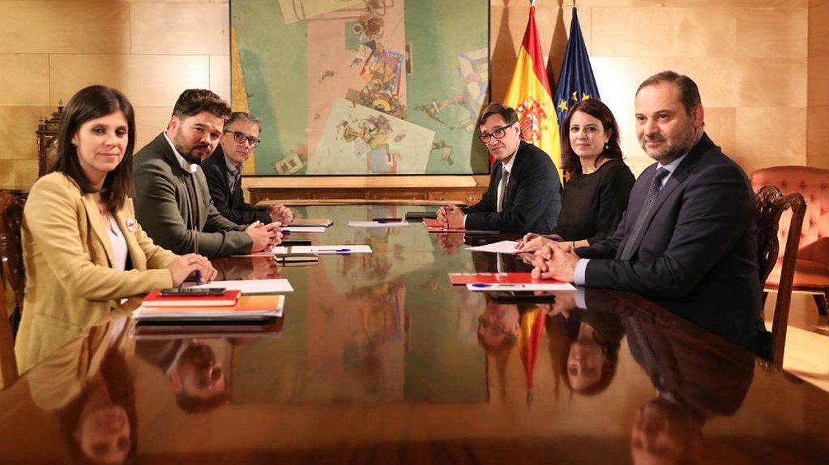 A la izquierda, los negociadores de ERC: Marta Vilalta, Gabriel Rufián y Josep Maria Jové. Frente a ellos, los del PSOE: José Luis Ábalos, Adriana Lastra y Salvador Illa.