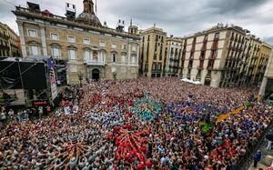 La plaza de Sant Jaume, durante la jornada castellera del lunes de la Mercè.