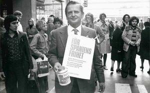 Olof Palme, primer ministro sueco, pide donativos en Estocolmo en octubre de 1975 en apoyo de la oposición antifranquista en España. Unos días antes, el 27 de septiembre, la dictadura ha fusilado a dos militantes de ETA p-m y tres del FRAP.