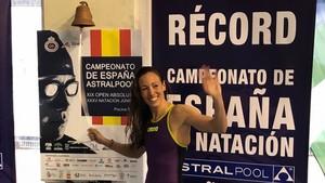 Jessica Vall hace el tradicional toque de campana tras batir el récord de España.