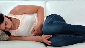 Una mujercon dolores menstruales.