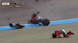 Jorge Lorenzo rueda por la pista de Buriram, mientras su Ducati se destroza.