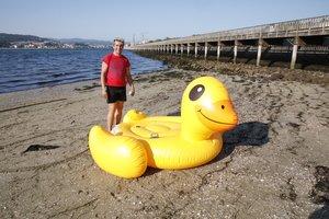 Rafael, uno de los protagonistas de la peripecia, poco después de alcanzar la playa de Lourizán con su pato hinchable.